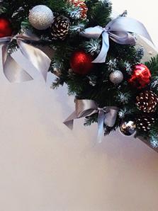 Новогоднее оформление офиса в корпоративных цветах