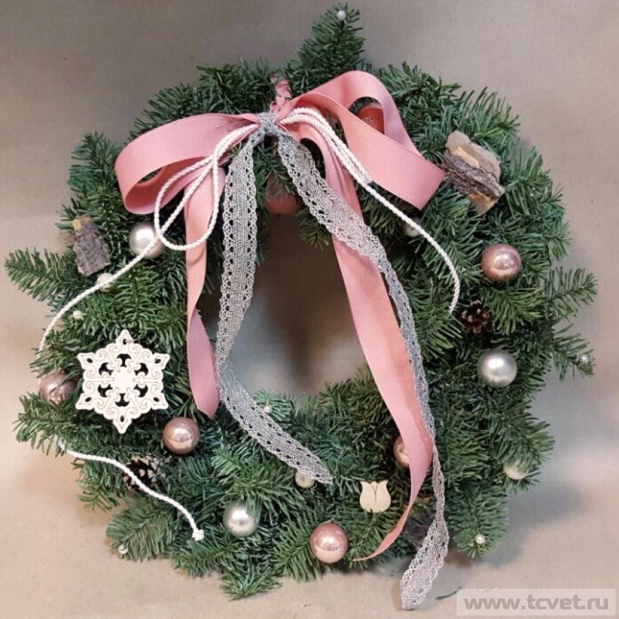 Рождественский венок с бело-розовым декором