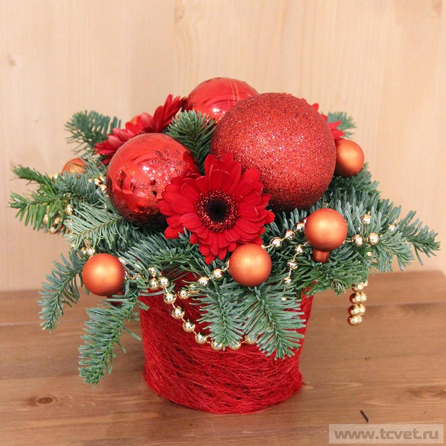 Красная новогодняя композиция с живыми цветами