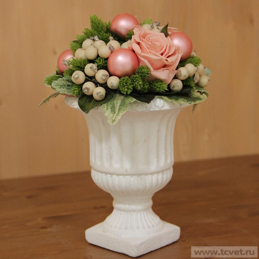 Розовая композиция в классической вазе