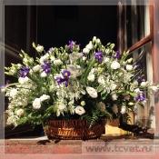 Корзина с цветами бело-синяя