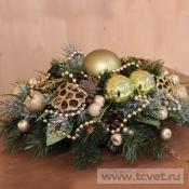 Композиция из искусственной елки с золотым декором