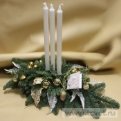 Композиция с белыми тонкими свечами