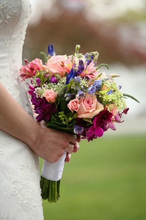 Компания ТОЧКАЦВЕТОЧКА предлагает вам купить букеты на свадьбу недорого, они будут отвечать современным требованиям красоты и личным вкусам невесты
