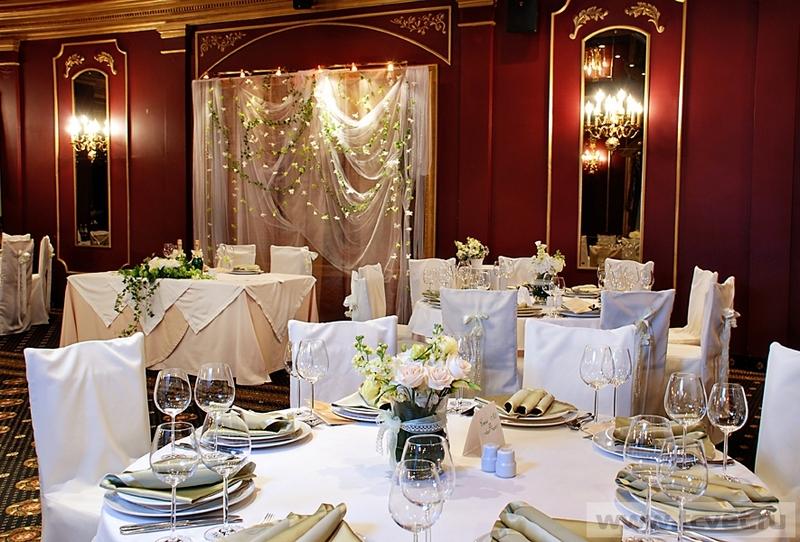 Оформление ресторана на свадьбу цветами и тканями