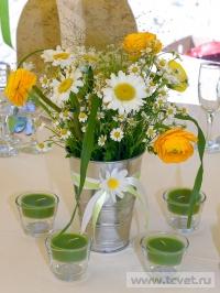 Ромашковая свадьба. Яркий ромашковый букет на столе