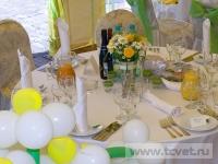 Ромашковая свадьба. Оформление стола с букетом ромашек