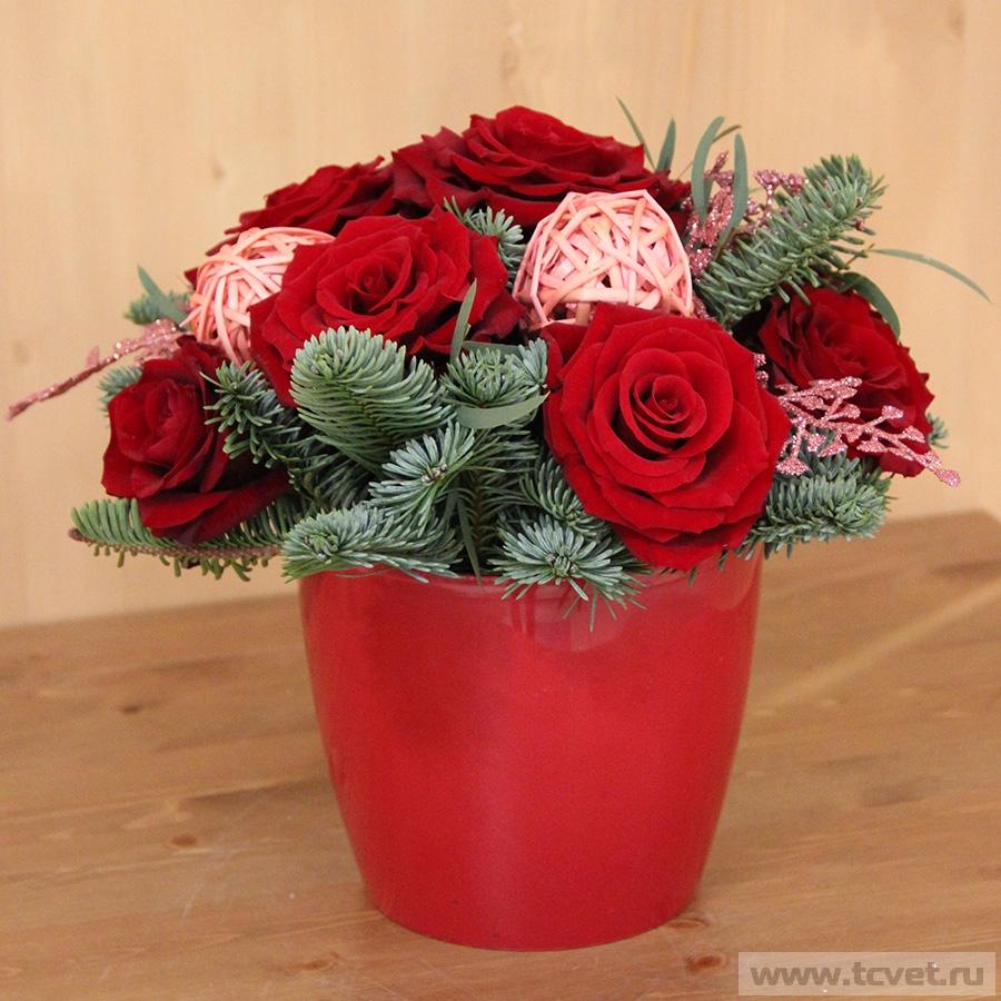 Красная композиция с живыми цветами