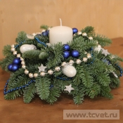 Бело-синяя новогодняя композиция со свечой