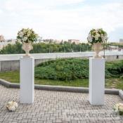 Колонны с цветами и вазами для церемонии