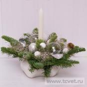Композиция с бело-серебряным декором и свечой