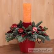Композиция с широкой оранжевой свечой