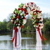 Арка красно-белая из искусственных цветов