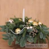 Новогодняя бело-золотая композиция со свечой