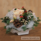 Новогодняя композиция с живыми цветами и декором